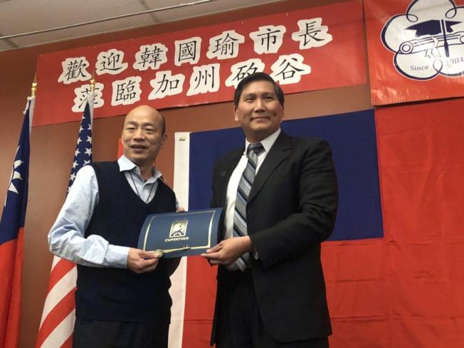 Cupertino庫柏提諾市的前市長、華裔現任市議員Darcy Paul蒲仲辰,頒發市鑰及榮譽市民榮銜給韓國瑜。記者王慧瑛/攝影