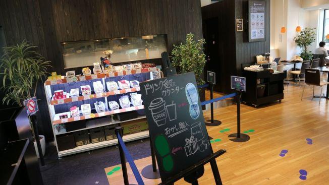 日本IT業者營運的無人咖啡廳,進門先掃描QR Code後,透過感知器結帳,沒有結帳櫃台。(記者蔡佩芳/攝影)