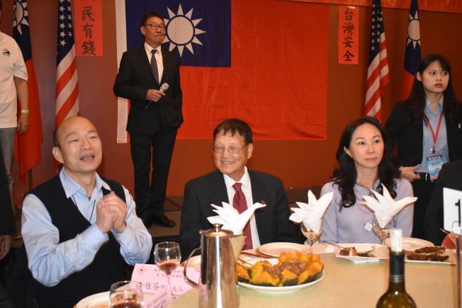 韓國瑜(左)和夫人李佳芬(右)感謝僑胞招待。(記者黃少華/攝影)