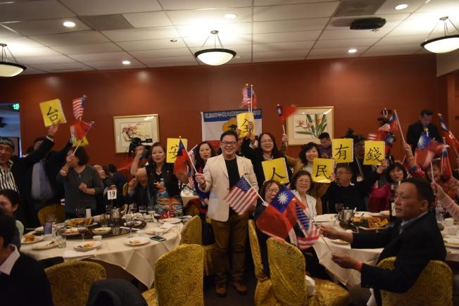 僑胞在宴會上打出韓國瑜的口號標語「台灣安全、人民有錢」。(記者黃少華/攝影)