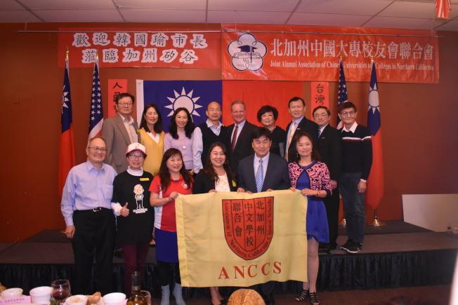 韓國瑜(後排左四)與夫人李佳芬(後排左三)和部分僑胞在僑宴上合影。(記者黃少華/攝影)