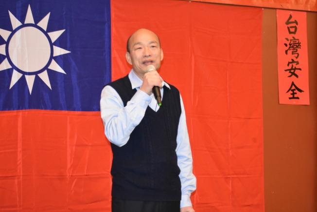 韓國瑜在僑宴上向僑胞問好。(記者黃少華/攝影)