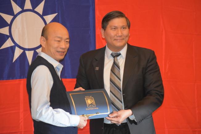 庫比蒂諾市議員蒲仲辰(右)向高雄市長韓國瑜送上榮譽市民證書及城市市鑰匙。(記者黃少華/攝影)