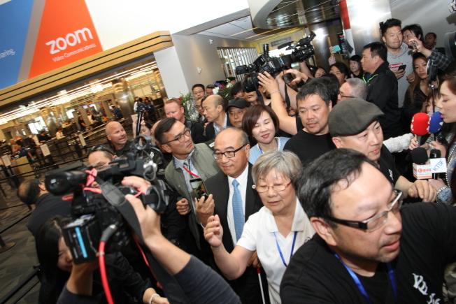 韓國瑜一出聖荷西機場的國內線出口,隨即受到大批媒體包圍。(記者李榮/攝影)