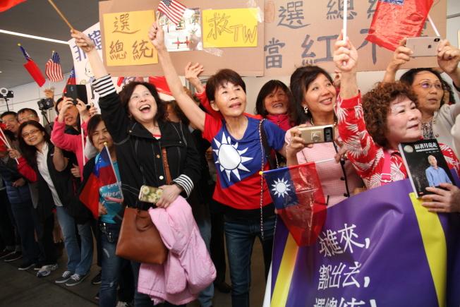 韓粉們親眼看到韓國瑜都非常興奮,還有人帶著韓國瑜的書準備給韓國瑜簽名,不過現場人太多,連握手都難。(記者李榮/攝影)