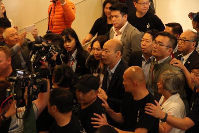 韓國瑜與李佳芬走到1樓抵達樓層,短暫接受媒體訪問。(記者李榮/攝影)