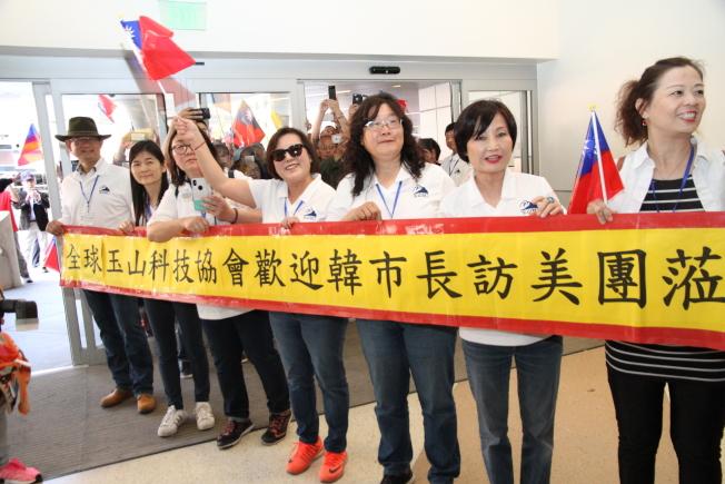 僑胞手持中華民國國旗,呼籲韓國瑜選總統。(記者李榮/攝影)
