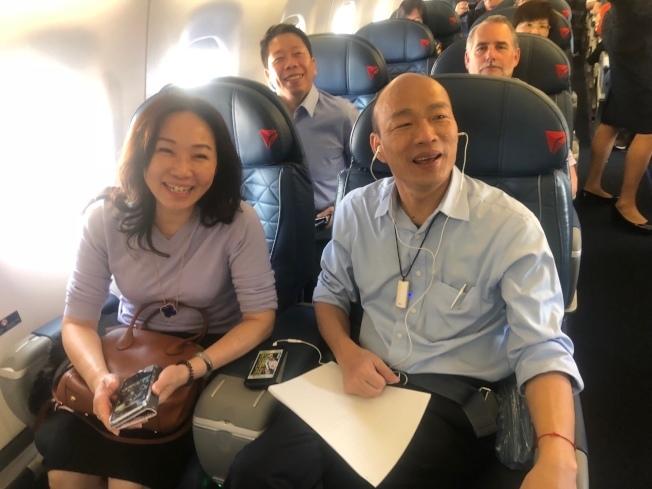 高雄市長韓國瑜美西時間14日下午搭國內線飛機從洛杉磯前往聖荷西,1個多小時的飛行時間,韓忙著準備15日到史丹福大學的演講稿。(記者王慧瑛/攝影)