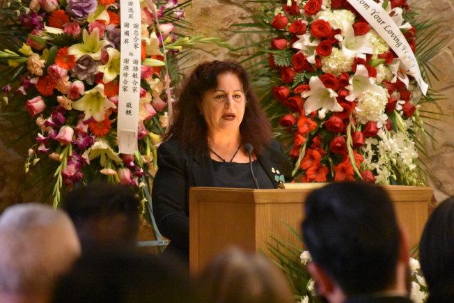 前市議長阿里奧圖在喪禮上難過地憶述謝漢屏支持她參選的往事。(記者李秀蘭/攝影)