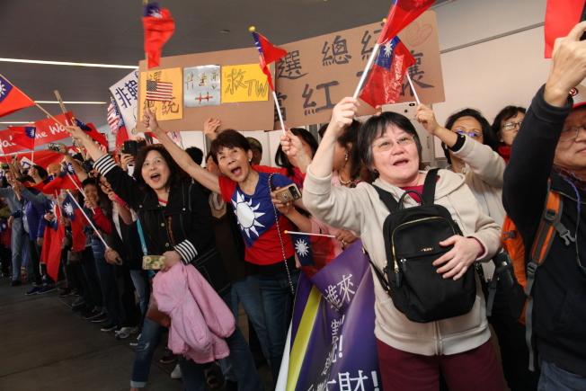 韓粉們親眼看到韓國瑜都非常興奮。(記者李榮/攝影)