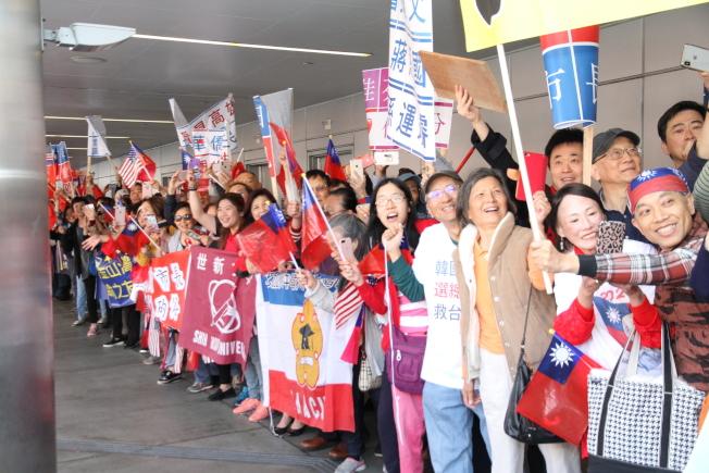 大批僑胞守在聖荷西機場外,歡迎韓國瑜。(記者李榮/攝影)