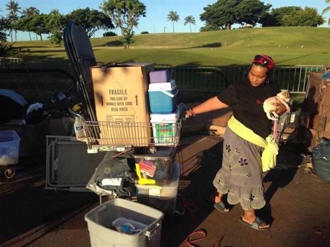 夏威夷今年初總遊民人數較去年減少,圖為遊民帶著家當在街頭流浪。(美聯社)