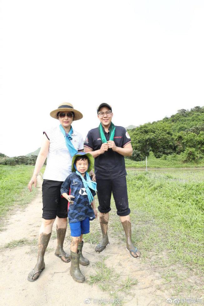 霍啟剛在微博曬出了一組一家三口到鄉村體驗農家生活的照片。(取材自微博)