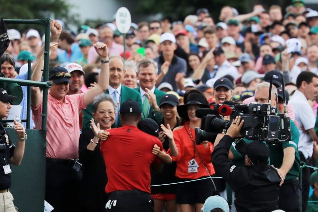 球迷與支持者14日熱烈慶祝伍茲成功,東山再起。(Getty Images)