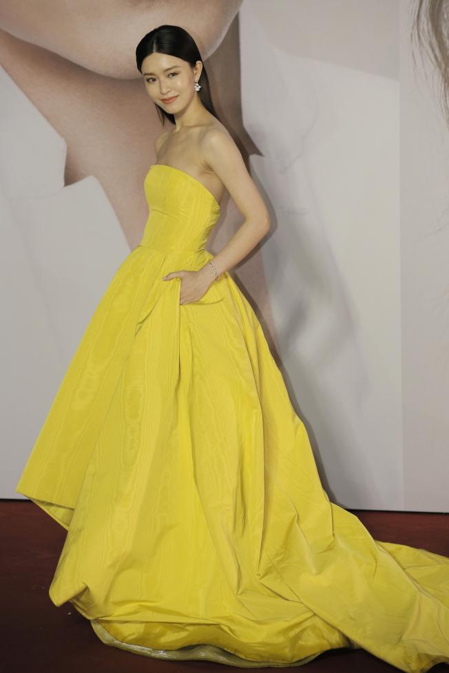 文詠珊穿上明黃色的露肩禮服踏上紅毯。(美聯社)