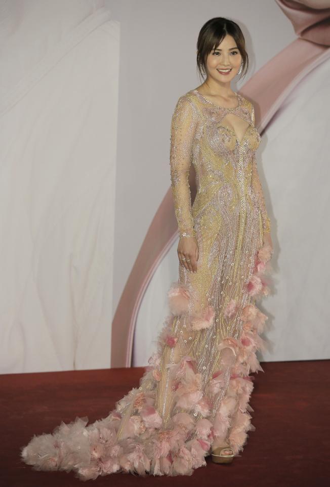 蔡卓妍身穿貼身薄紗禮服,上頭的水晶與花卉裝飾盡顯奢華。(美聯社)