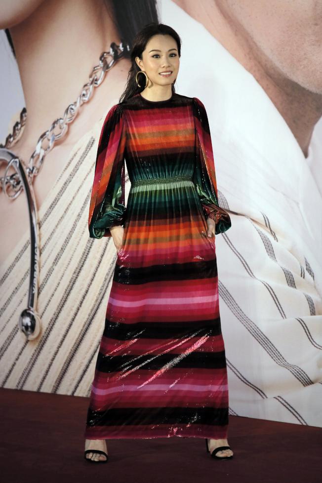鄧麗欣穿上多彩撞色間條的禮服。(美聯社)