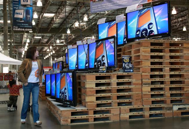 好市多的貨架擺設故意設計成把人潮不斷導向主打商品區,希望消費者因為一時心動,買下高單價商品。(Getty Images)