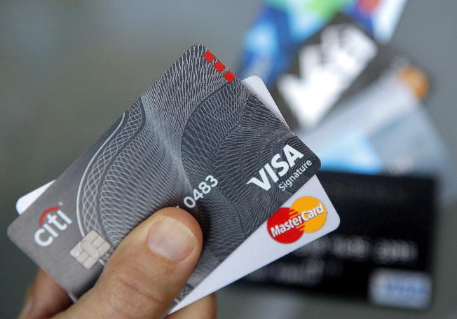 想要節省信用卡費用,向銀行問一下,可能有意想不到的效果。(美聯社)