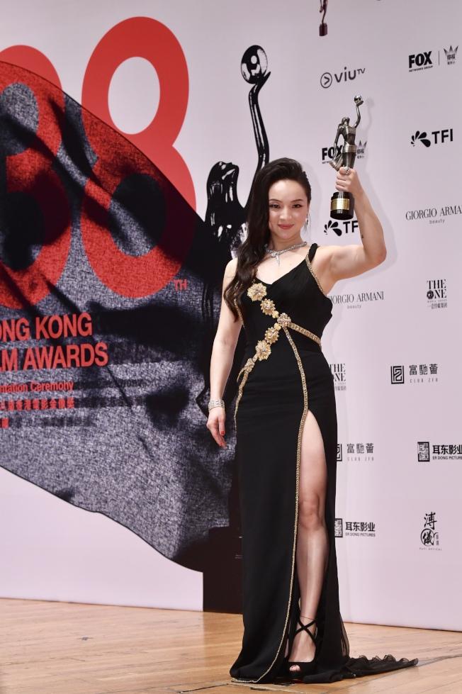 4月14日晚,內地演員曾美慧孜奪得第38屆香港電影金像獎最佳女主角。  (中通社)