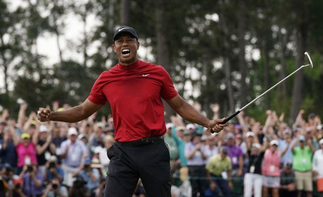 伍茲14日第五度摘下PGA美國名人賽冠軍,振臂歡呼。美聯社