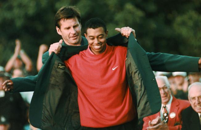 伍茲1997年4月13日披上他生平第一件綠夾克,也是名人賽最年輕的冠軍。美聯社