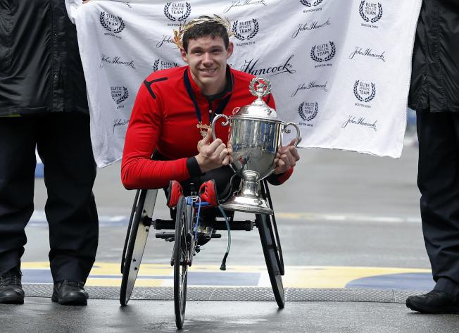 波士頓馬拉松賽男子輪椅組第一名由來自美國的Daniel Romanchuk拿下。美聯社