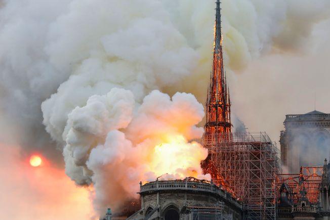 擁有千年歷史的巴黎聖母院嚴重火警,整棟建築物都變成火紅色。(Getty Images)