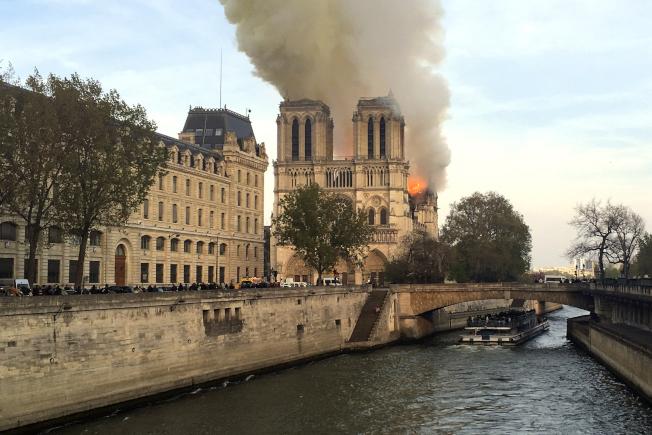 擁有千年歷史的巴黎聖母院驚傳火警。 美聯社
