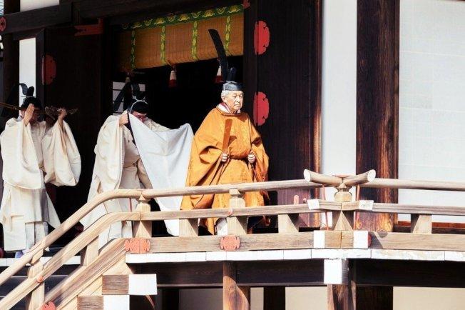 古代日本天皇有將牙齒染黑以護齒的習俗。圖為日本明仁天皇(右一)。 路透