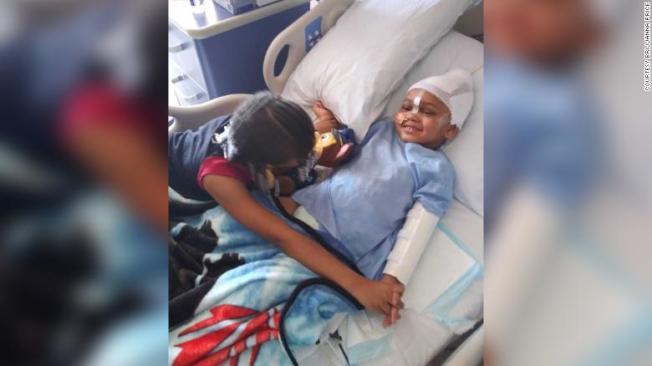 美國加州奧克蘭一名四歲男孩傑克森上月在親友家中玩槍時,不慎擊中自己,現在情況穩定。翻攝自CNN