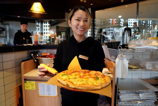 一名女服務生在上海披薩店服務。路透