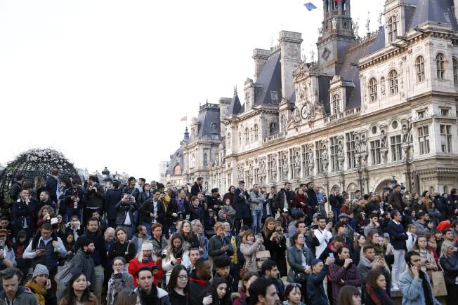 火燒法國巴黎聖母院,民眾在塞納河畔看著不遠處的聖母院。(美聯社 )