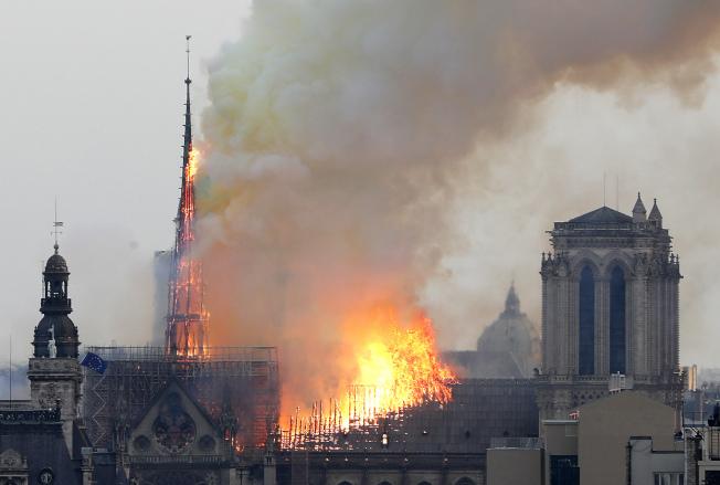火燒法國巴黎聖母院,圖為鐘樓尚未倒塌前的景象。(美聯社 )