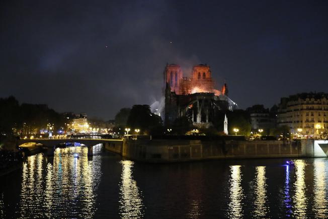 火燒法國巴黎聖母院,世界文化遺產慘遭浩劫。(美聯社 )