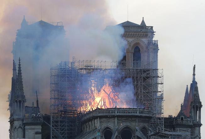 火燒法國巴黎聖母院,圖為鐘樓已倒塌的景象。(美聯社 )