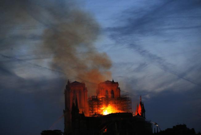 火燒法國巴黎聖母院,黑煙彌漫巴黎的上空。(美聯社 )