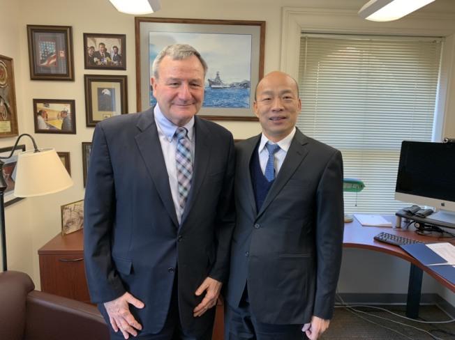 高雄市長韓國瑜美西時間15日上午在史丹佛大學與學生座談,中午有場不公開午宴,與美國前駐阿富汗大使艾江山(Karl Eikenberry)碰面。圖/高雄市政府提供
