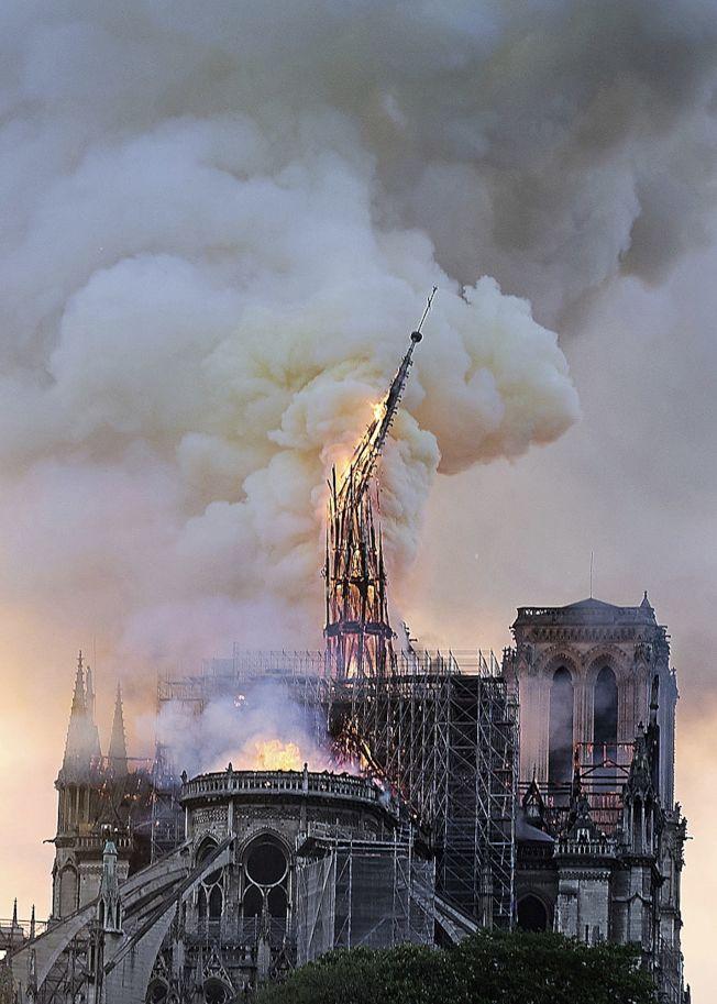 聖母院遭大火,鐘樓和門面得以保全。(美聯社)