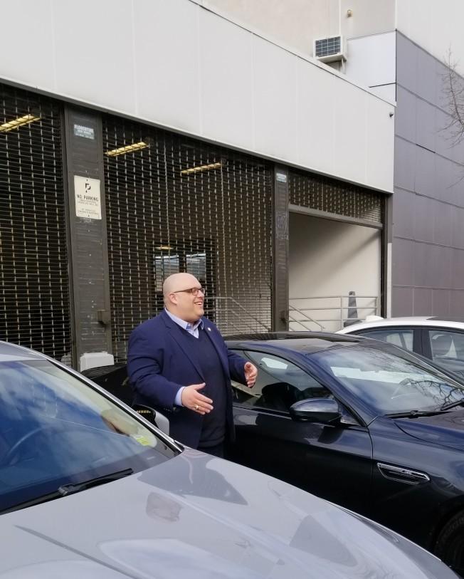 紀思庭表示正在推動立法,嚴懲非法占用人行道的汽車經銷商。(本報檔案照)