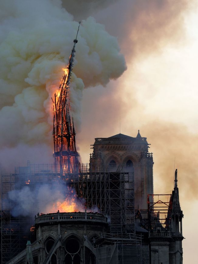 巴黎聖母院的木製塔尖被燒斷。(Getty Images)