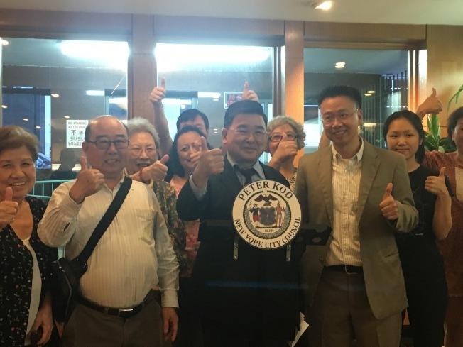 顧雅明曾與三福大樓居民慶祝市議會通過法案,表示將還給法拉盛居民健康、舒適、安全的環境。(本報檔案照)