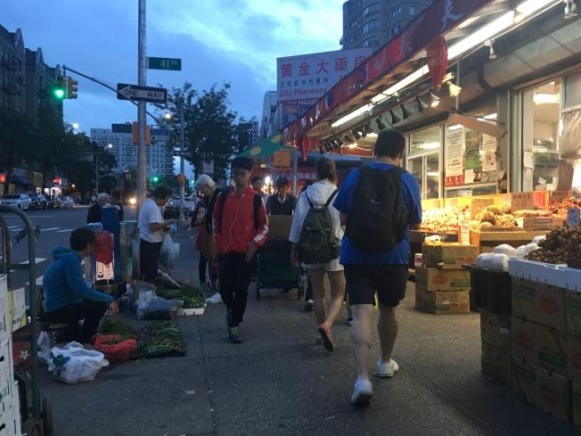 占用人行道設攤的蔬果攤販,將是下一步取締目標。(本報檔案照)