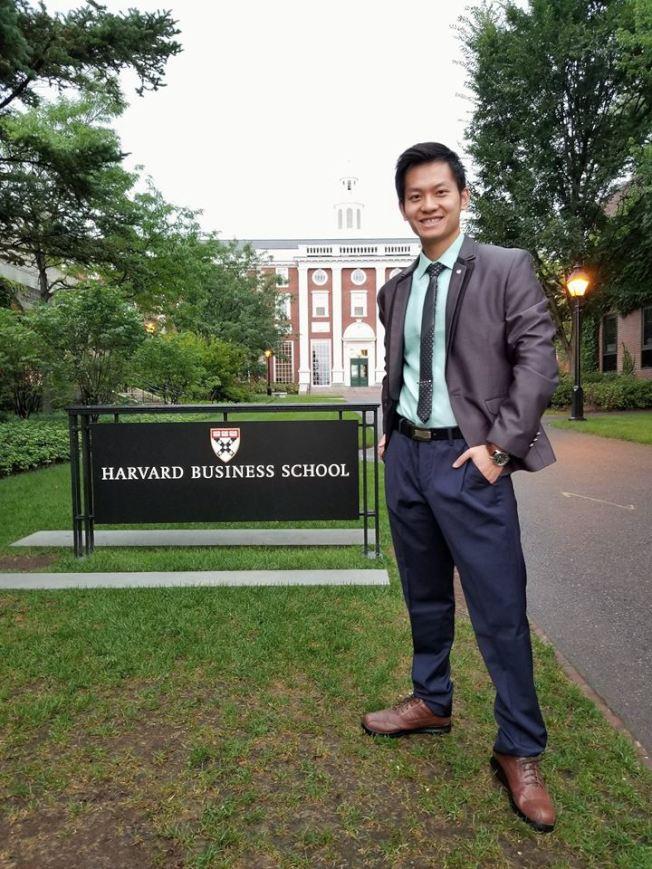 耶鲁大學校友面試官董冠亨,現在哈佛大學攻讀商學和醫學雙學位。(董冠亨提供)