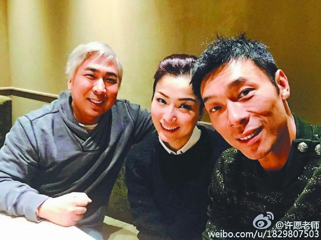 鄭秀文(中)與許志安(右)愛情長跑多年,才結為夫妻。(取材自微博)