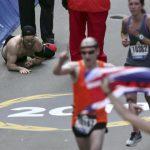 為紀念戰死同袍!他跑馬拉松累癱仍奮力爬到終點