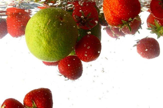 專家都建議,洗蔬果不需用鹽巴、醋、洗米水、小蘇打粉等,只要用流動清水洗大約10分鐘即可。 圖片/ingimage