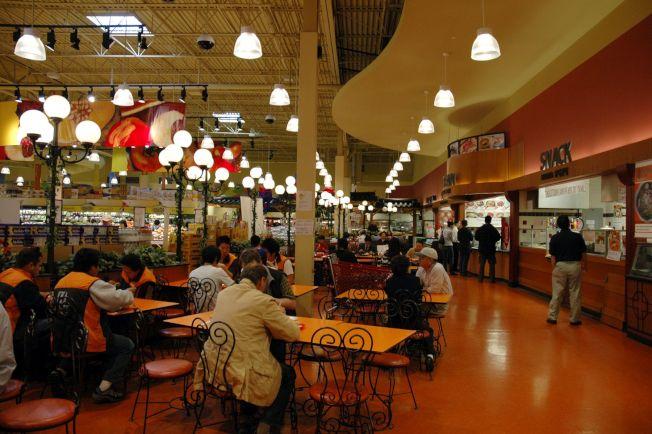 HMart Niles分店美食廣場內,供應各種東方麵食、壽司定食、韓式泡菜及飲品等可供選擇。