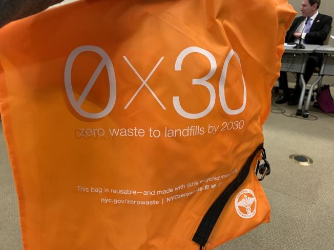 安德森表示,清潔局已發放超過47萬5000個可重複使用的購物袋,民眾可上網免費索取。(記者和釗宇/攝影)
