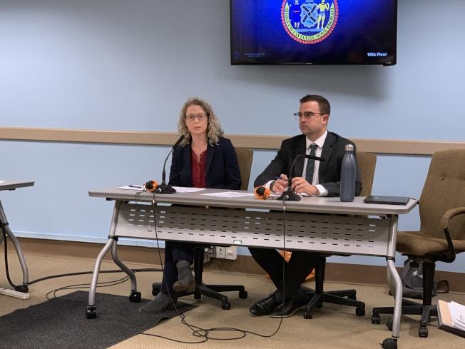 市清潔局副局長安德森(左)表示支持一次性紙袋收費五分錢,認為有助減輕紐約市的環保壓力。(記者和釗宇/攝影)